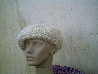 boina tricotada com lã de ovelha crua