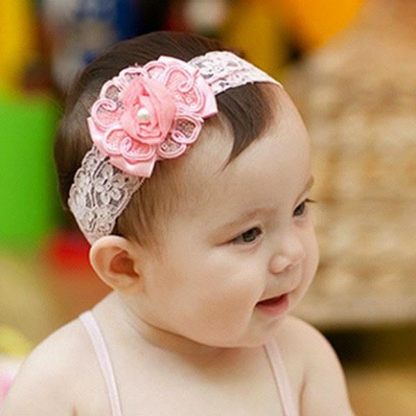 gambar bayi pakai bando bunga warna pink perempuan cantik