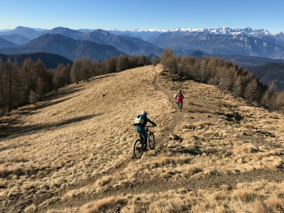 Cycling in Trentino, elena martinello and giulia mountain bike in Lagorai