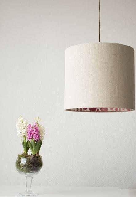 Um abat-jour elegante como dandeeiro de teto e jasmins