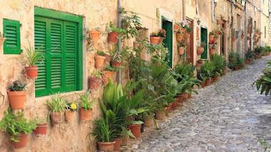 Las calles floridas de Valldemosa en Mallorca