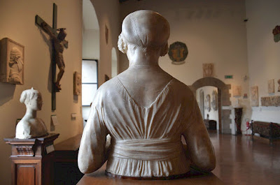 Verrocchio's Dama del Mazzolino, viewed from behind
