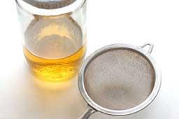 Смазать его рафинированным или прокаленным и охлажденным растительным маслом.