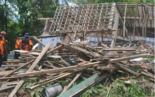 dua rumah warga purwawinangun ambruk dihantam hujan deras