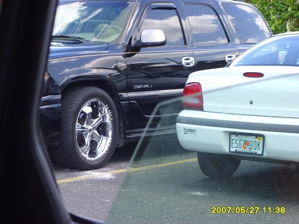 Eine chromglänzende Felge auf einem SUV in Florida aufgenommen