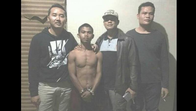 Frans Ngamenken Rikwanta Gulo (telanjang dada) saat diamankan polisi