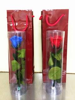 退職される方に渡された赤いバラと青い薔薇の写真