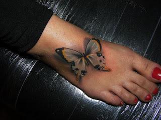 Pé tatuado