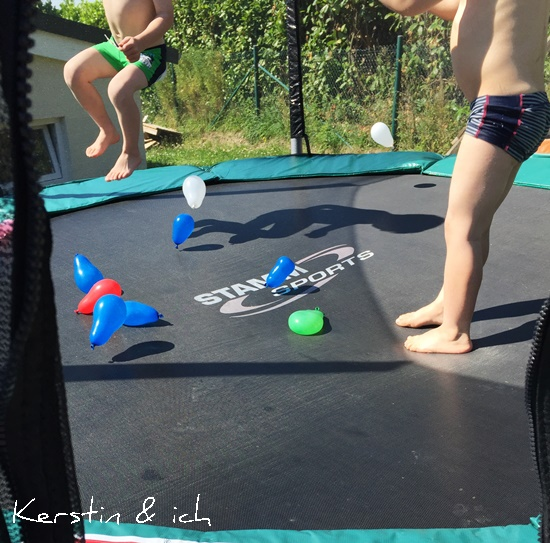 Sommer Wasserbomben Trampolin Kinder