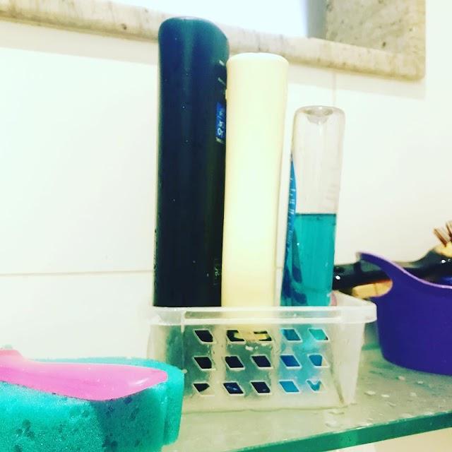 Organizador que ajuda a não desperdiçar xampu e condicionador