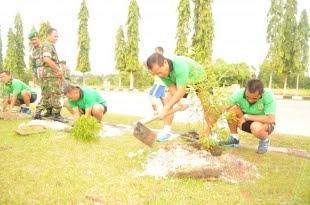 Diawal Tahun 2017 Perwira Korem 121/Abw Awal Lakukan Aksi Tanam Pohon - Commando