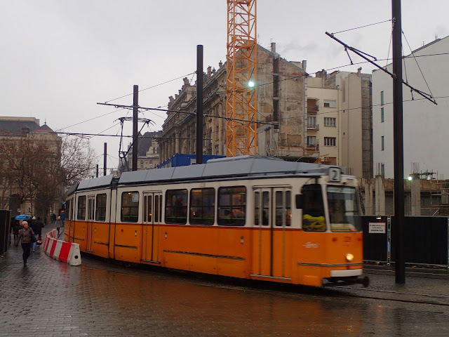 Charakterystyczne żółtopomarańczowe tramwaje w węgierskiej stolicy