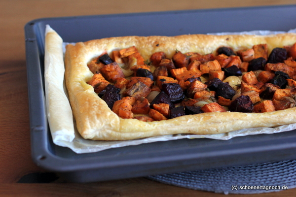 Einfache Tarte aus Blätterteig mit gebackenem Gemüse
