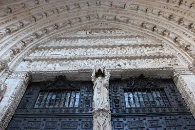 La Virgen María y el Niño en el parteluz de la puerta del Reloj