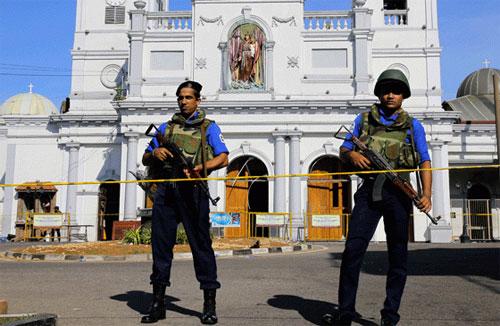 Petugas keamanan setempat berjaga di sekitar lokasi ledakan. Gambar dari Radar Cirebon