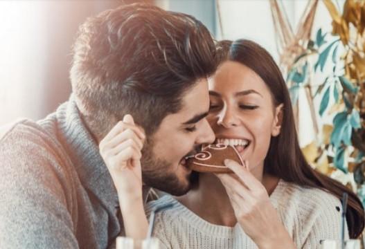 Τι τρώνε οι γυναίκες όταν βγαίνουν ραντεβού με έναν ωραίο άντρα;