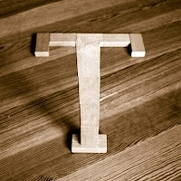 Takozlardan yapılmış T harfi