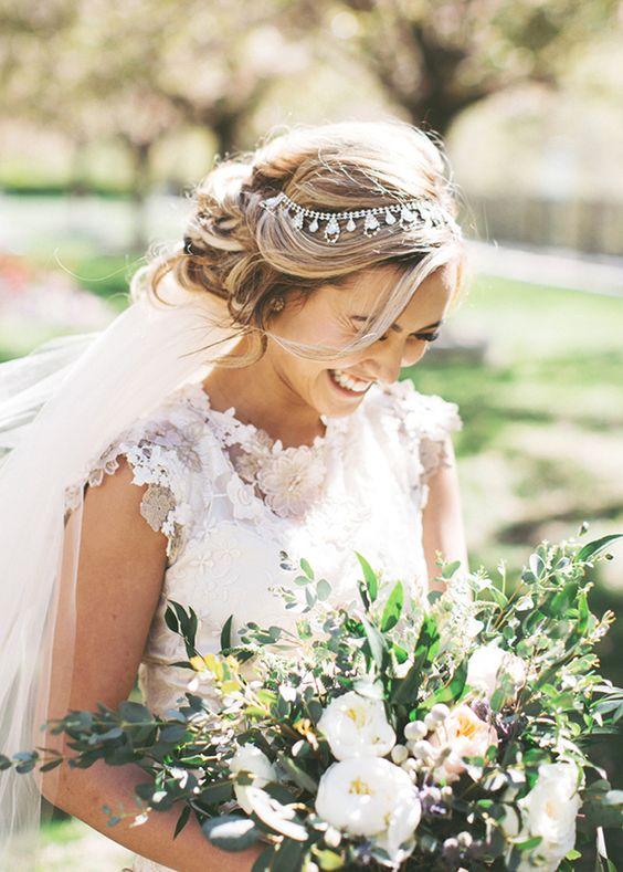 Tiara do ślubu, Welon do ślubu, Panna młoda i welon,  trendy ślubne, Wianek z kwiatów zamiast welonu, Tiara lub diadem, Spinki i grzebienie na ślub, Opaski i kokardy na ślub, Woalki do ślubu, stylizacje ślubne,