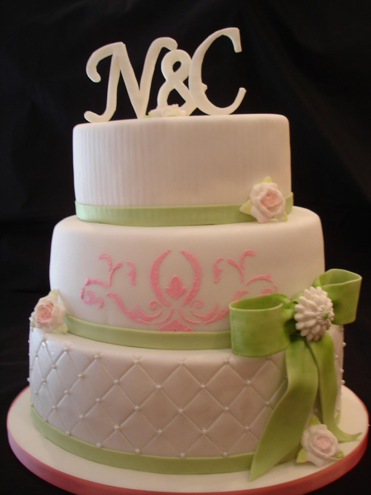 Hochzeitstorte In Pink Grun Weiss Mit Monogramm Und Schleife