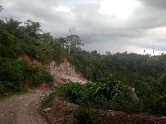Jalan menuju ke lokasi tambang galian C di Desa Marjanji Aceh, Asahan.