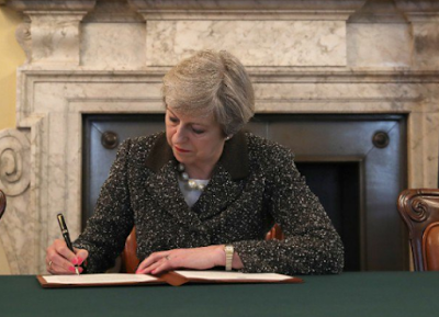 Brexit: UK Prime Minister signs the letter that will trigger Article 50