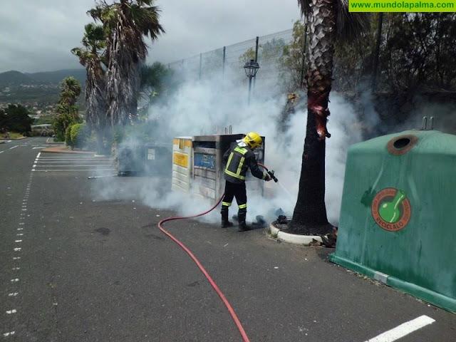 Incendio en un contenedor de papel en Breña Alta