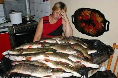 Der Mann angelt die Fische und die Frau bereitet sie zu lustig