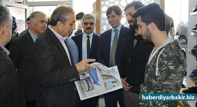 DİYARBAKIR-AK Parti Genel Başkan Yardımcı Mehdi Eker Eker, 16 Nisan'da yapılacak halk oylaması kapsamında Diyarbakır'ın Silvan ilçesinde partisinin ilçe başkanlığını ziyaret etti.