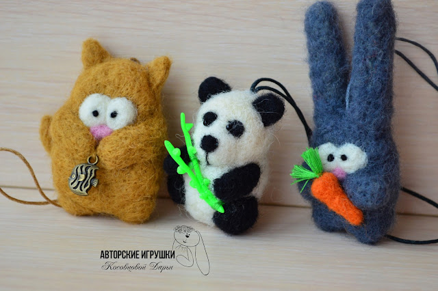 Игрушки из войлока, войлочные игрушки, кот из войлока, кот из шерсти, игрушки из войлока, кот с рыбкой, игрушки из шерсти, панда из войлока, заяц брошь из войлока, зайка брошь