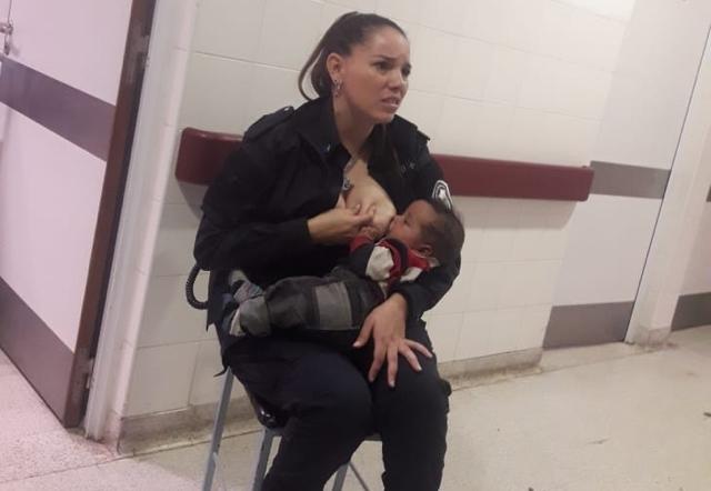 La policía Celeste Ayala, dándole el pecho a un bebé en el hospítal de niños de La Plata