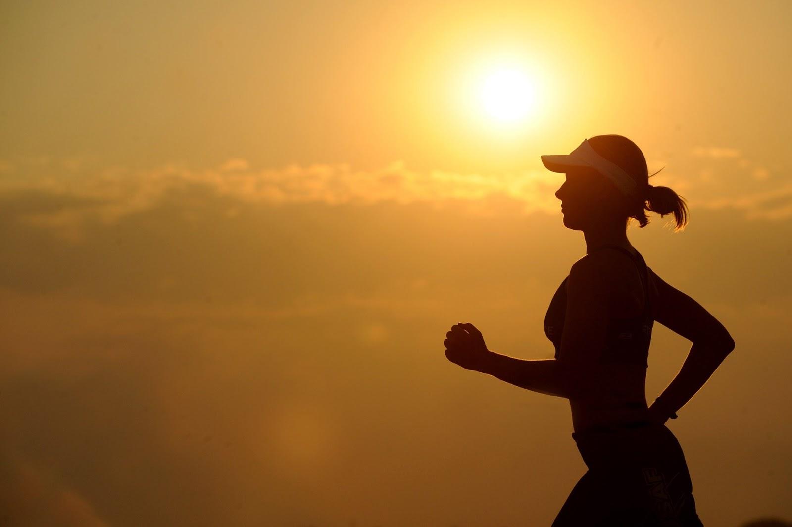 長距離の女性走者の横向きのシルエット