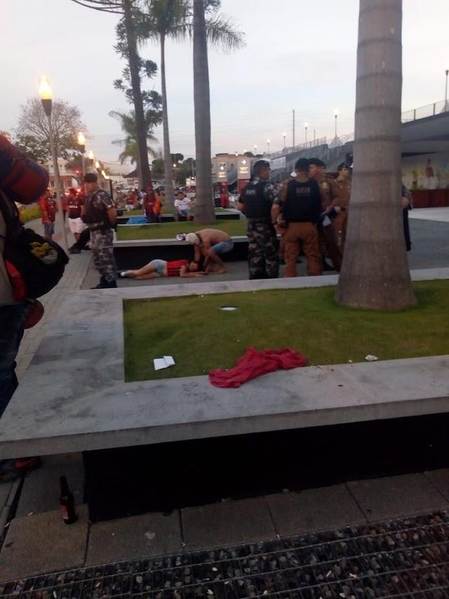 Torcida do Atlético promove guerra na praça no jogo contra o paraná Clube