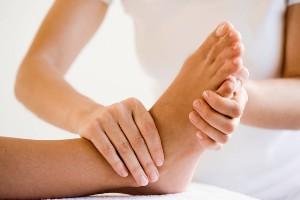 Чтобы избавиться от насморка, необходимо массировать подушечки больших пальцев ног