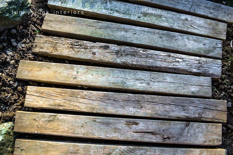 Pallet wood walkway 2 years later. Did it keep? Yes!Funky ...