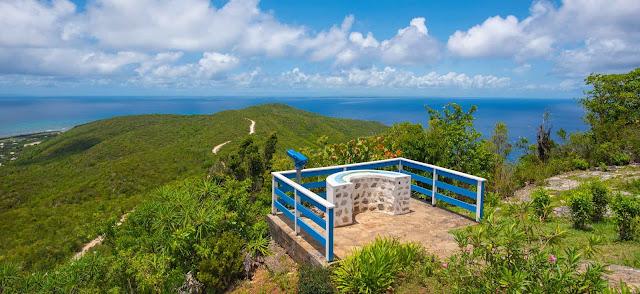 Longue vue au sommet de la montagne + vue sur la mer