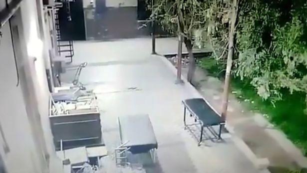 tertangkap kamera hantu yang menggerak gerakan troli tempat tidur di sebuah rumah sakit