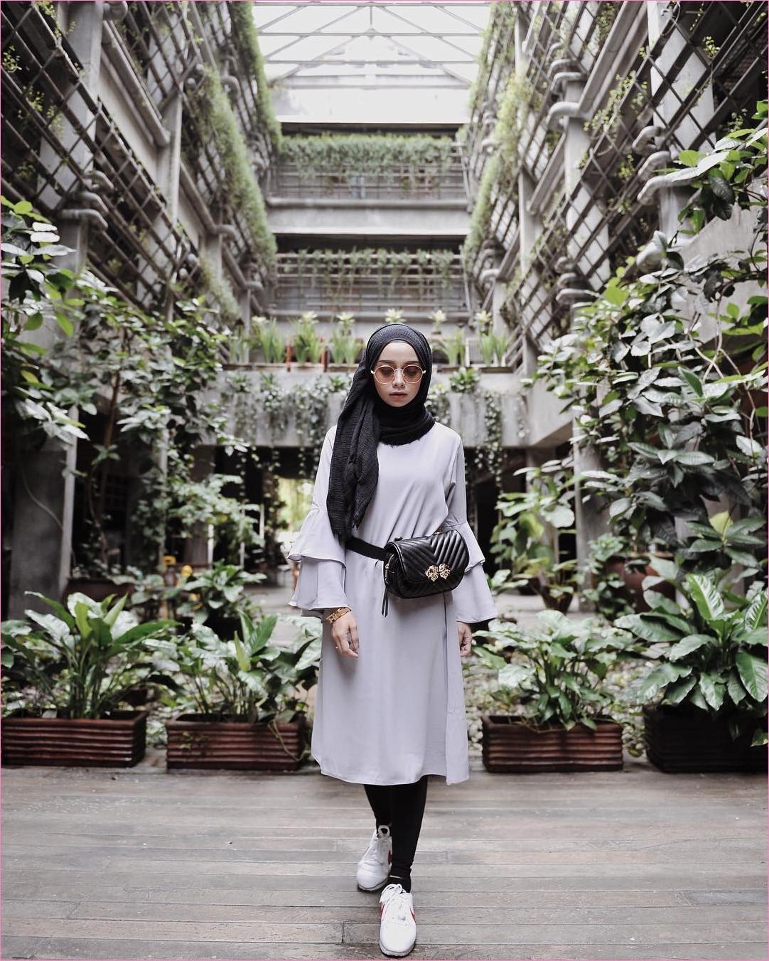 Outfit Kerudung Pashmina Ala Selebgram 2018 hijab pashmina rawis tas pinggang wanita baju tunic ungu pastel mangset krem kacamata oren legging hitam kets sneakers putih ootd trendy kekinian hijabers hotel ciput rajut tanaman