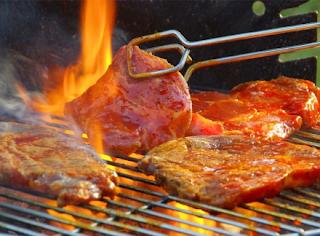 Memotong-Motong Daging Sebelum Memakannya
