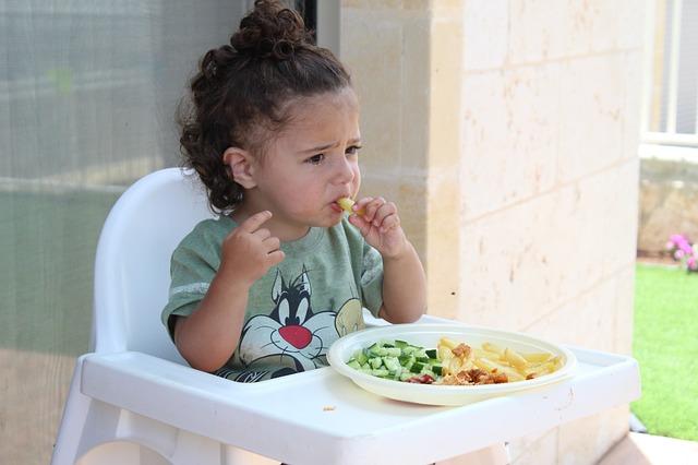 Usia Berapa Anak Belajar Makan dan Mandi Sendiri?