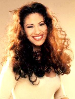 Foto de Selena con cabello ondeado
