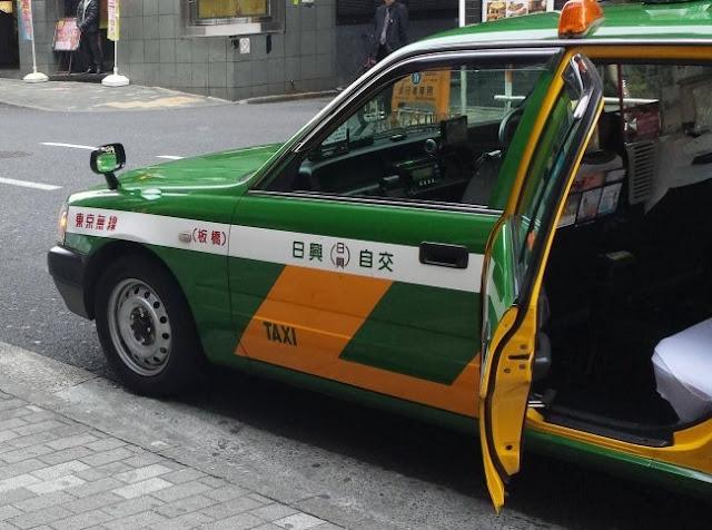 Claro, a tecnologia japonesa de amor. Podemos encontrar portas automáticas em táxis e outros meios de transporte!