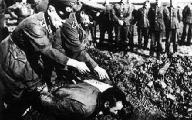 Ραχήλ Μακρή: «Γερμανοτσολιάδες καταθέτουν στεφάνια στα Καλάβρυτα»