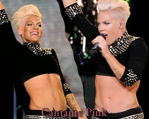 Pink muestra su abdomen definido