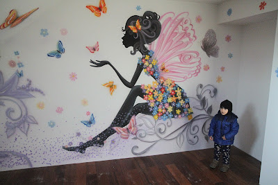 MAlowanie sciany w pokoju nastolatki na poddaszu, artystyczne malowanie ściany, graffiti dla nastolatki
