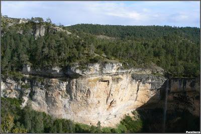 Cascada del Rincón Del Buitre (Río Escabas) y farallón rocoso a la derecha del río