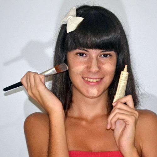 monika sanchez aplicando base de maquillaje para acné