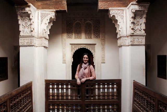 Lena en un balcón de la Madrasa Ali Ben Youssef