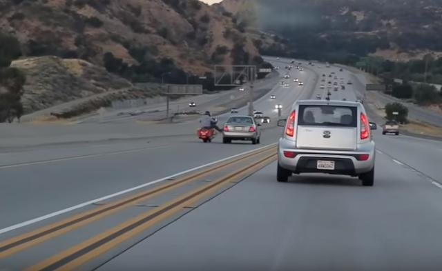 Motocilista patea un auto y causa una destrucción masiva