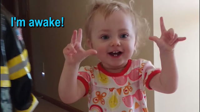 La contagiosa sonrisa de la niña sorda Ayla incluso cuando se despierta cada mañana