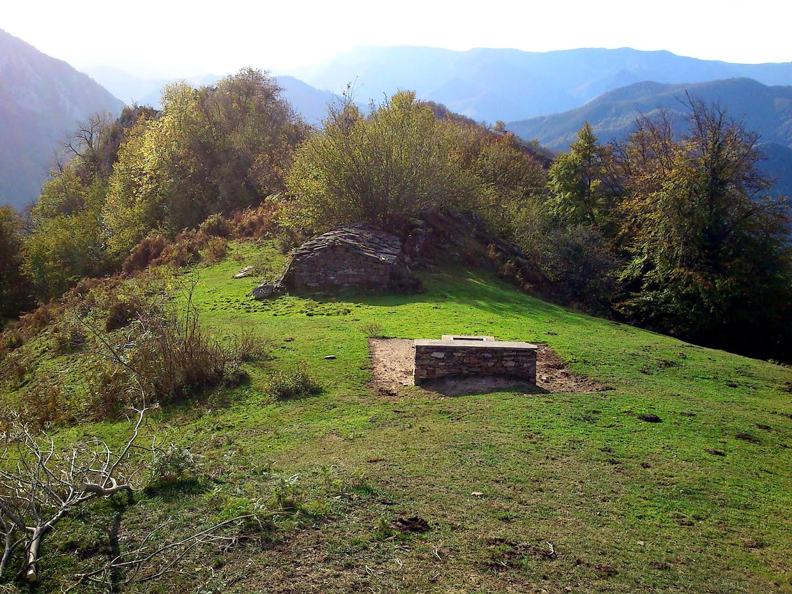 Cabaña y fuente.